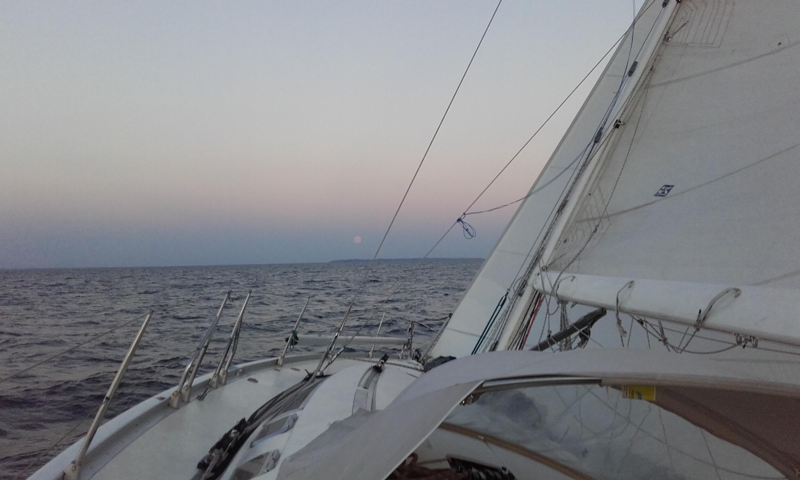 Louer un voilier avec skipper : le bien-être en mer